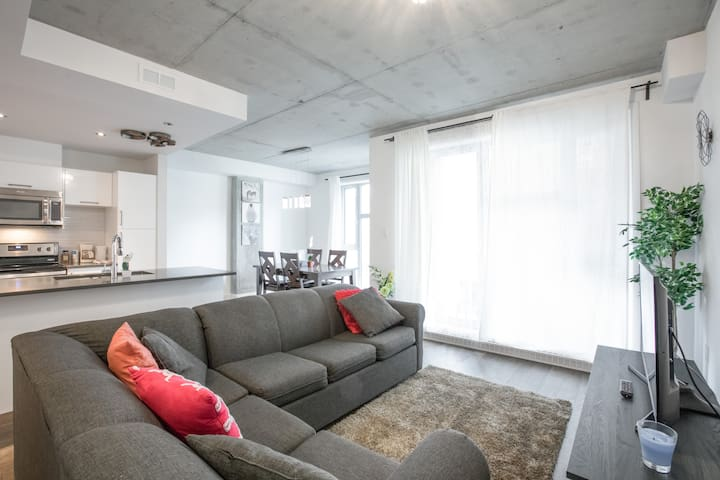 Condo in downtown Montreal with balcony !!