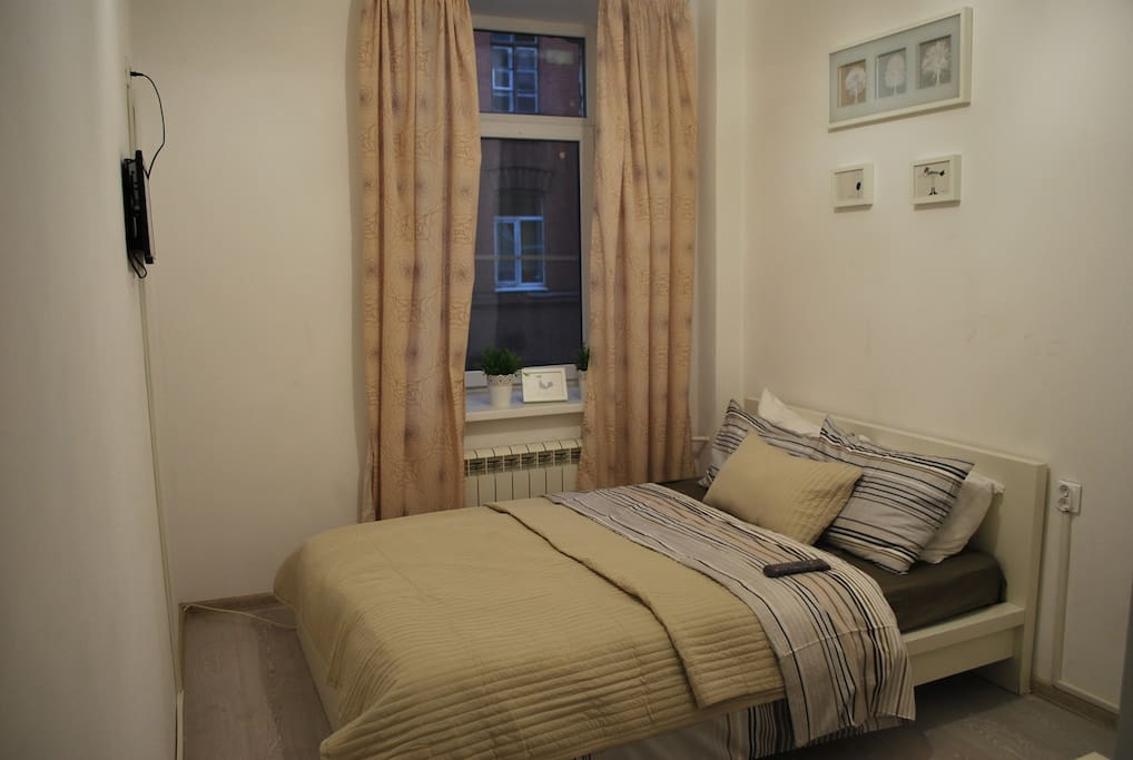 Общий вид номера с собственным душем, кровать