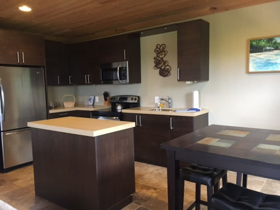 Full kitchen with eating area
