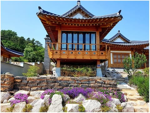 Korean Hanok 'Dajaeheon' with the beautiful sea