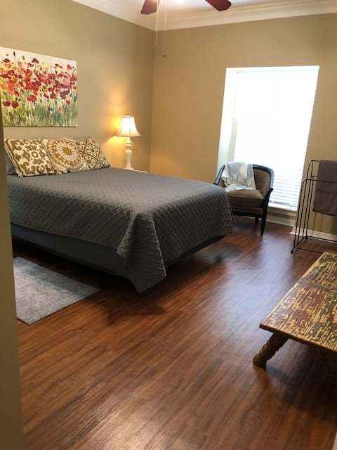Spacious Condo with Pool (Short & Long Term Stays)
