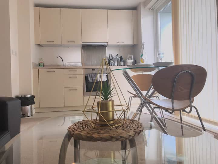Luxury Scandi Themed West-End Apartment!!!