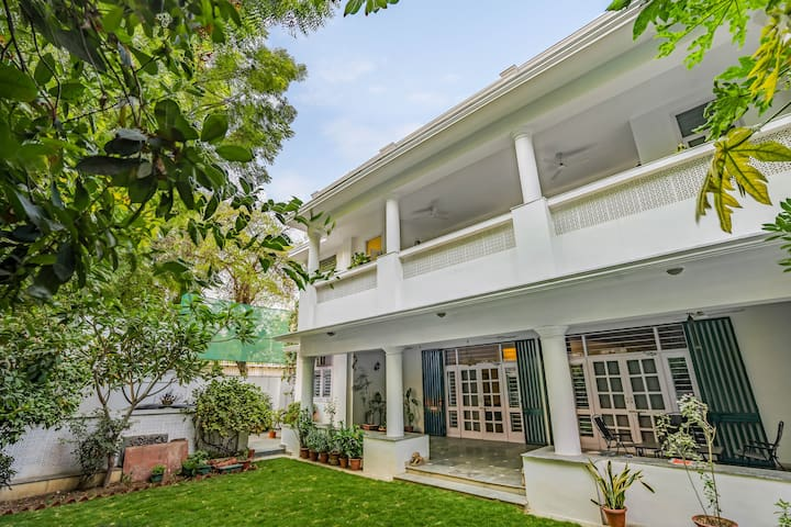 Elegant 5-bedroom bungalow with a lush lawn/73084