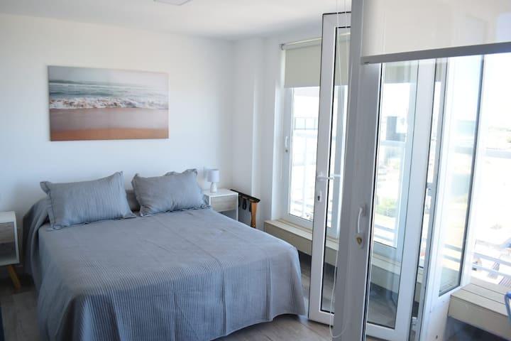 Dormitorio está equipado con sommier y colchón espuma de alta densidad.Modelo Queen Sizede 160x200cmm de marca Cannon. Dos mesitas de luz con sus respectivos veladores. La vista también es panorámica frente al mar.