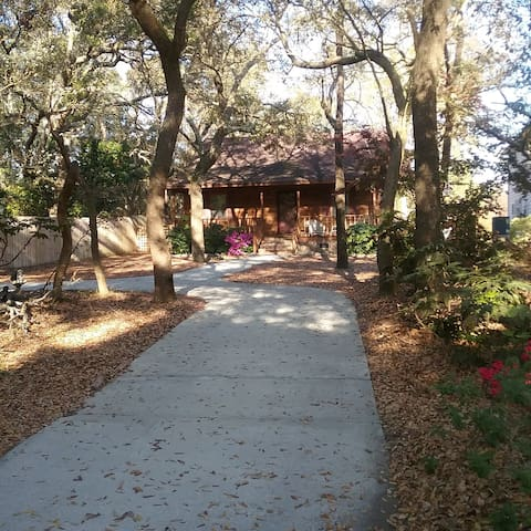 Pet Friendly 2 bed 2 bth Cabin 1.0 to the Beach!