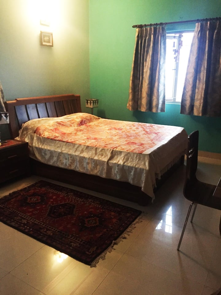 Cozy room in South city with TV, WiFi and AC.