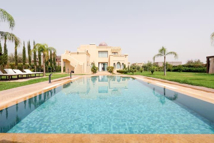Superbe villa avec piscine a debordement