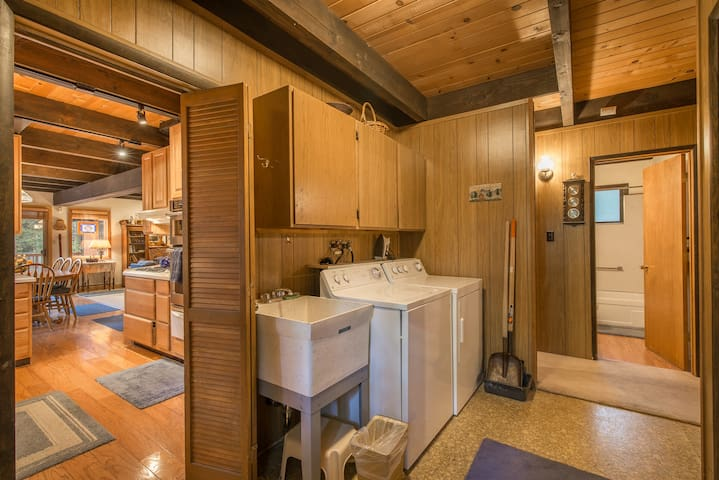 Utility Room with Washer / Dryer & Sink