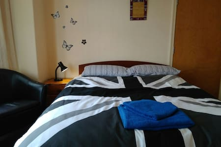 Large Double room,  clean and good atmosphere. - Manchester - Rumah