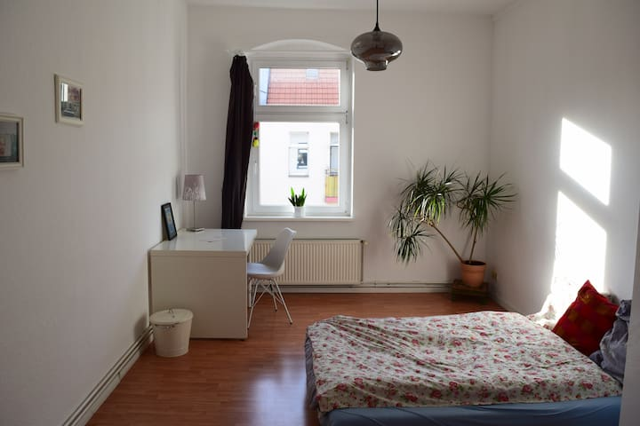 Sunny Bedroom in Central Neighborhood