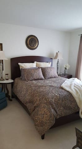 Comfortable Queen Bed with private bath - Dale City