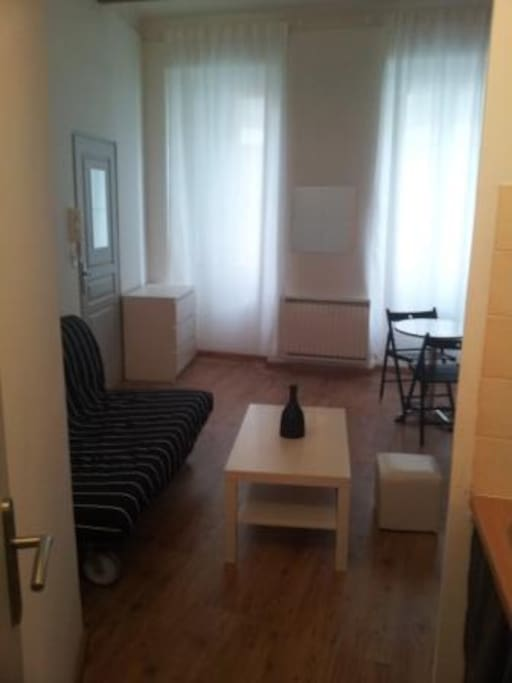 Studio au rdc en plein centre ville apartments for rent for Yoga studio salon de provence