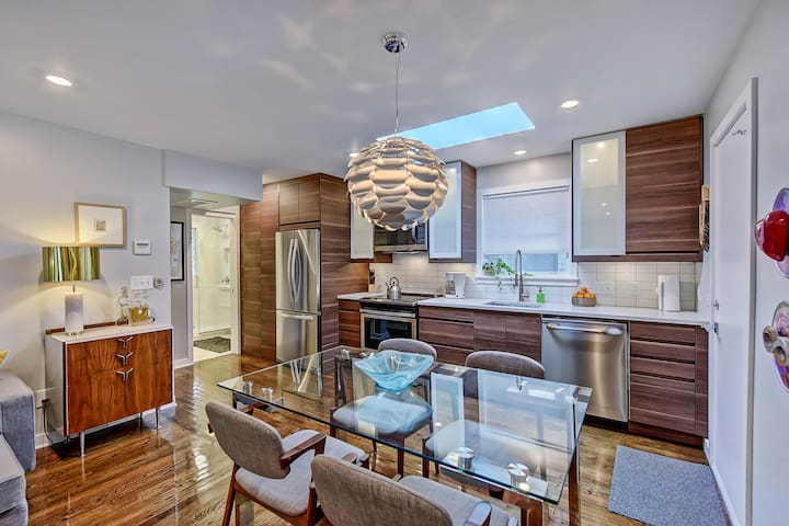 1 Mile from Uptown - Stunning Apartment w/ Open Layout