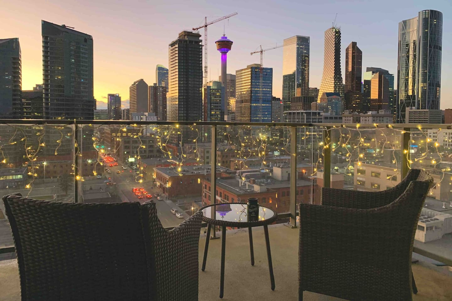 Take in the breathtaking views from this 12th floor balcony attached to this beautiful downtown condo. Overlooking the Calgary downtown skyline and the tower, there couldn't be a better way to enjoy your evening.