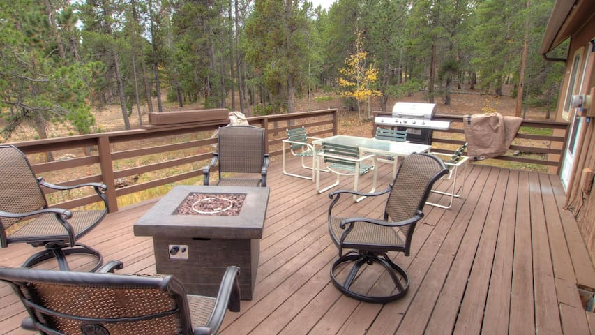 Rustic Cabin sleeps 13-15 on flat forested 3-acre lot 15 mins to Ned or Blackhawk