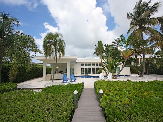 Lido Shores Sanctuary: 4 BR / 4.5 BA House on Lido Key by RVA, Sleeps 10