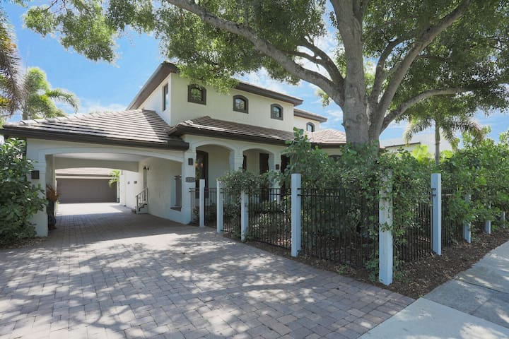Luxurious West of the Trail pool home Near Downtown Sarasota and beaches!