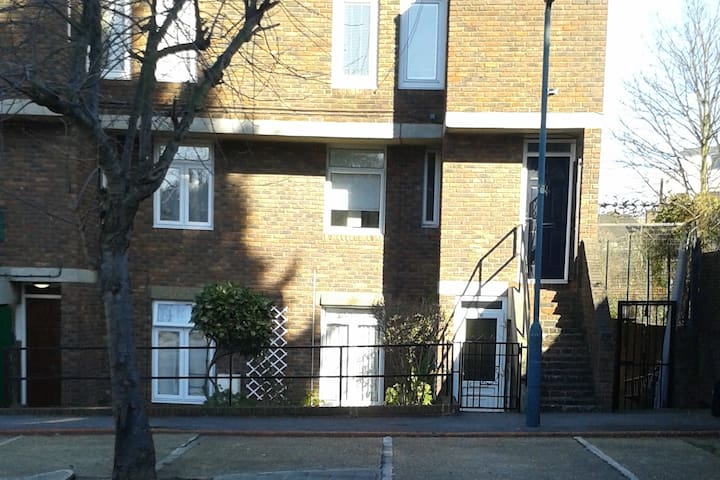 An entire 1 bedroom flat - 17 Staveley Close