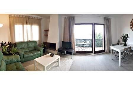 ENJOY THIS WIDE APARTMENT WITH TERRACE