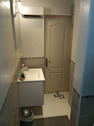 Première salle de bain au premier étage