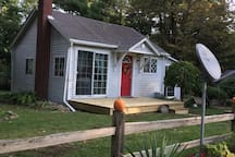 Very charming cottage by Lake Huron. Short walk down to the beach or short drive to Lexington. Where the break wall and many other things to see and do.