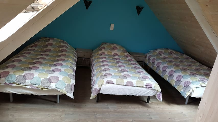 Chambre 3 enfants au 2e étage en sous-pente.   Vue sur mer depuis le Velux arrière.