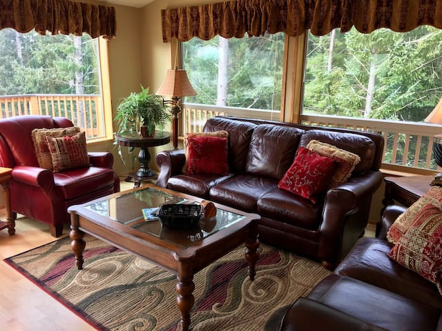 Whaleshead~Ocean and Forest View Cabin~Sleeps Four - Brookings