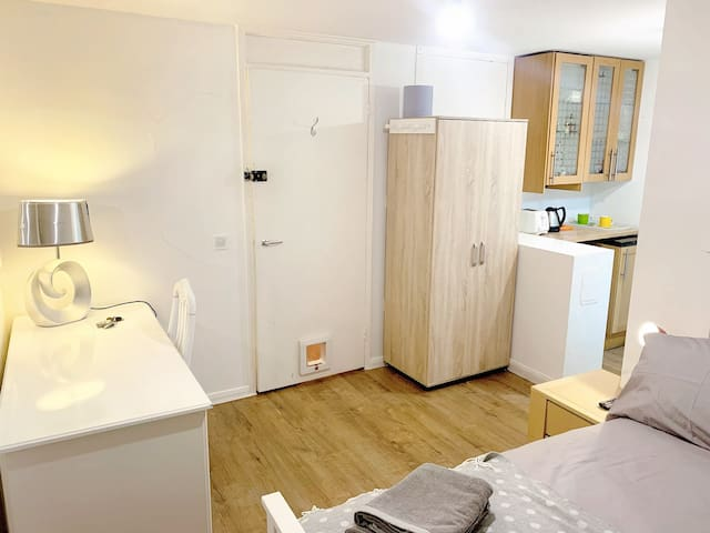 Own suite, cosy room, 2 minutes walk from Bow