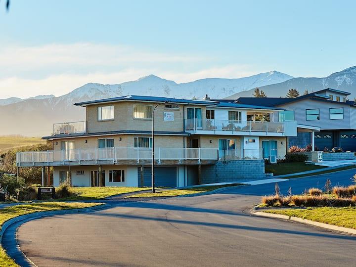 Kakatu Retreat: 7 Bedroom Home with Mountain Views