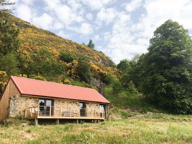 EAST CRAIGDHU COW BYRE, with open fire in Beauly, Ref 977016
