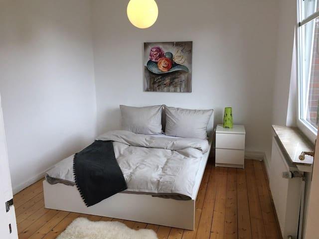 Zimmer 1 Schlafzimmer, Zutritt vom Zimmer 2. Bett 140 x 200