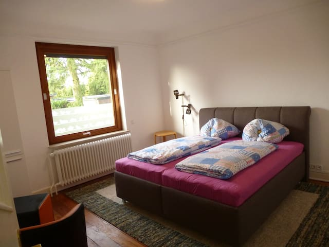 Schlafzimmer 2 mit großem Polsterbett
