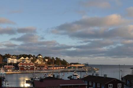 Fiskarvillan mitt i byn med utsikt över havet - Norrtälje N
