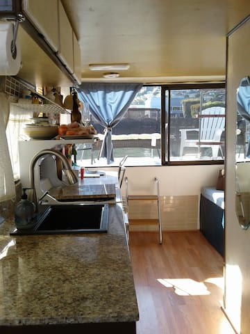 Quaint Houseboat - 30 day min. - Live on the Water