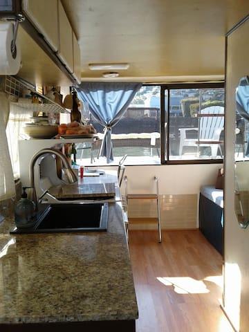 Quaint Houseboat - 30 day min. - enjoy fresh air!