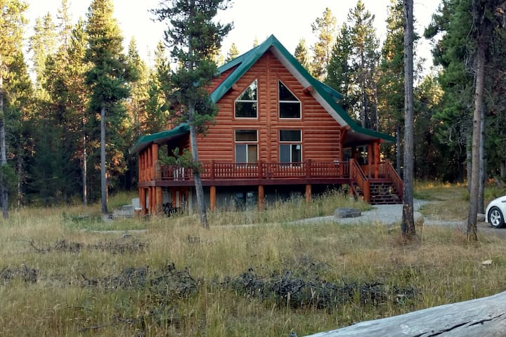 Arrowwood Lodge, Sleep 24, Wilderness Beauty. - Island Park