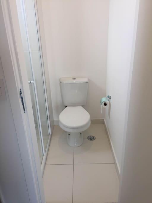 Banheiro com box e ventilação natural