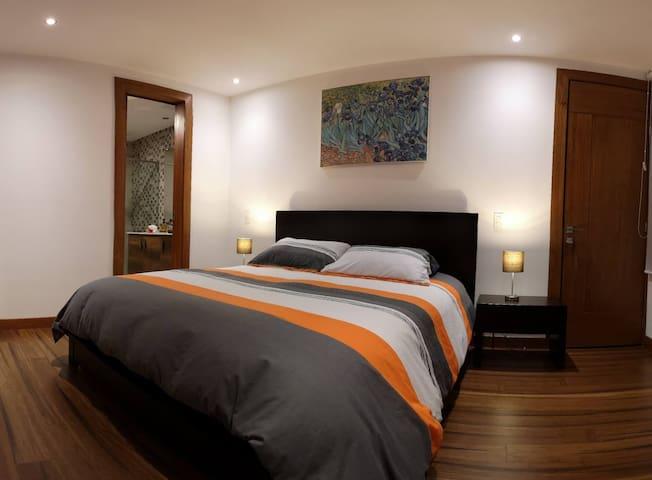 Comfortable queen size bed. Soft down duvet. Large walk-in closet / Cómoda cama de tamaño queen. Suave cubrecama de plumón. Walk in closet especioso.