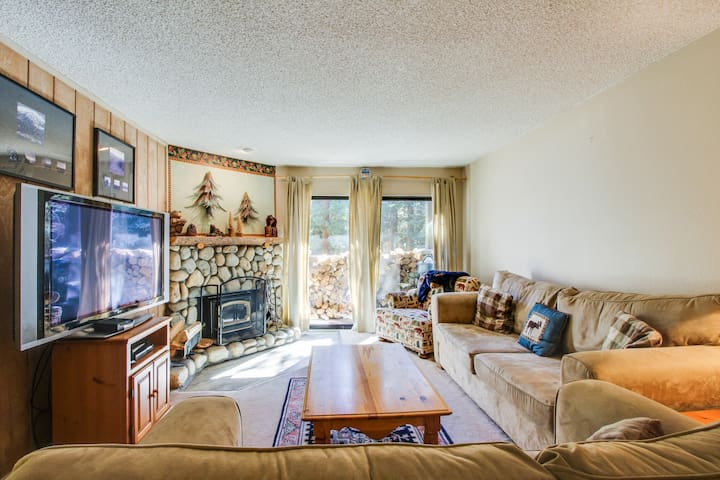Alpine escape, w/ shared summer pool & hot tub, close to lifts & attractions!