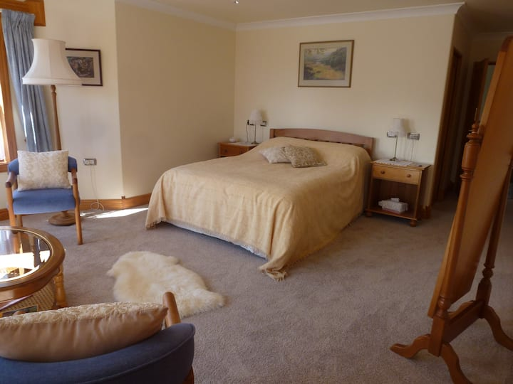 Briwi Lodge-Luxurious-Secluded-Quiet-Queen bed