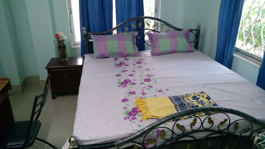 Queen size fouble bed in room no D