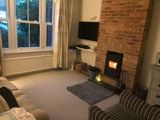 Double Room in Cosy Cobham Cottage