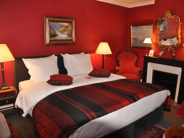 Double room-Comfort-Ensuite with Shower-Chambre Rouge