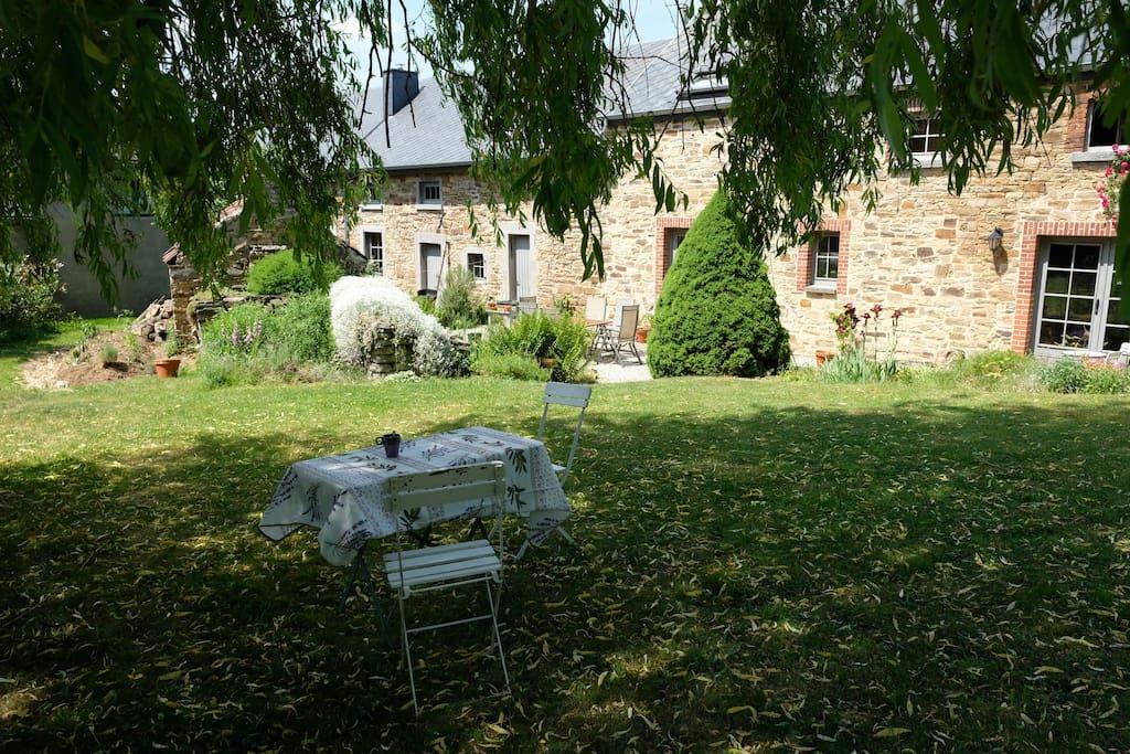 ancienne forge en pierre et son jardin fleuri maisons louer andenne wallonie belgique. Black Bedroom Furniture Sets. Home Design Ideas