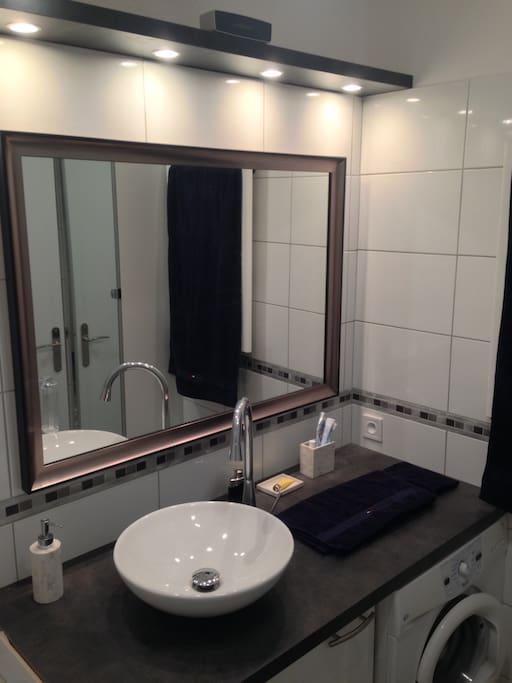Salle de bain avec sèche-serviette et baignoire