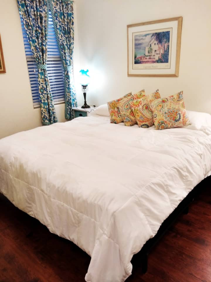 Charming Private Suite, 10 min Lackland/Sea World