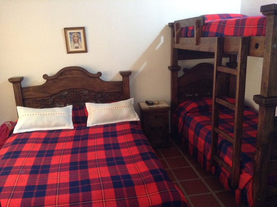 Habitación con cama doble y litera