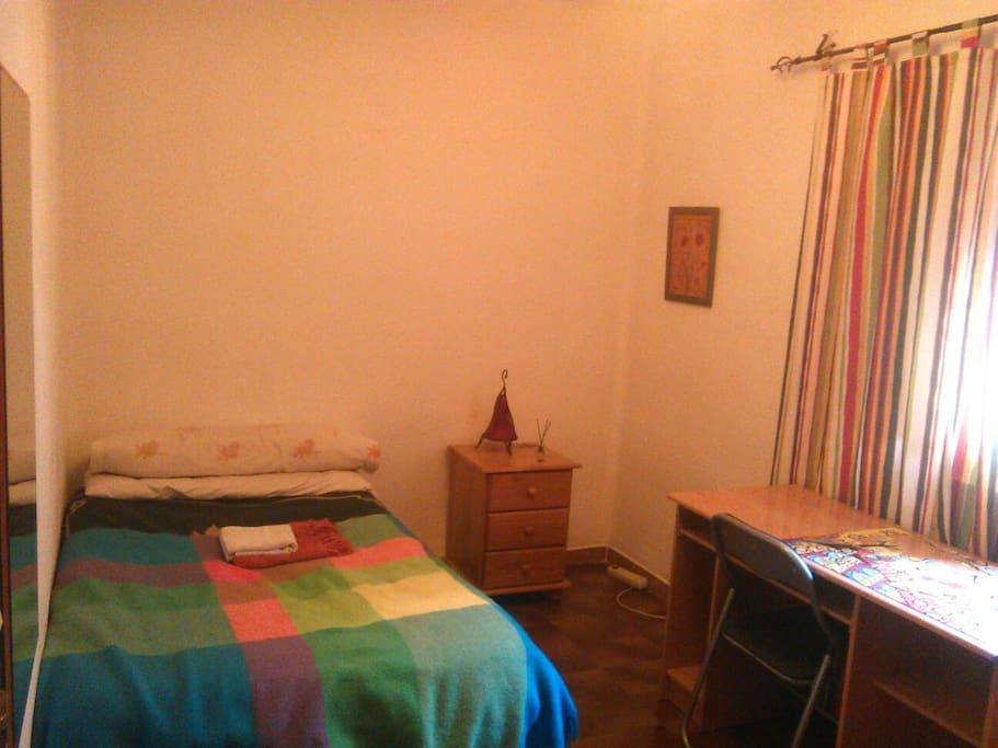 Una de las habitaciones, luminosa y confortable