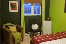 frigo/congélo privé avec accès à la cuisine pour cuisiner etvue sur la 132 ( boulevard de Cap-des-Rosiers ) et le parc Forillon .