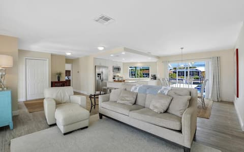 Beachy Contemporary in the heart of Marco Island